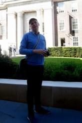 Michael devant la Friends House, à Londres